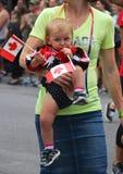 Bebé con una bandera de Canadá - desfile Imagenes de archivo