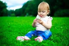 Bebé con una torta Foto de archivo libre de regalías