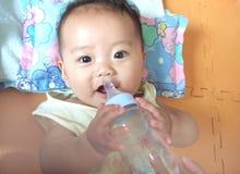 Bebê da água bebendo Fotos de Stock Royalty Free