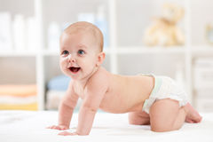 Bebé de arrastre adorable en la manta blanca Fotografía de archivo libre de regalías