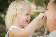 Bebé de Playing With Cute del padre afuera en el parque Fotografía de archivo