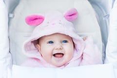 Bebê de riso bonito que aprecia um passeio do carrinho de criança Fotografia de Stock