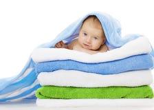 Bebé debajo de la manta de las toallas, niño limpio después del baño, niño lindo Imagen de archivo
