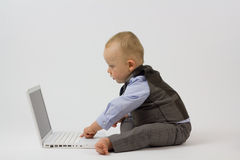 Bebé del asunto en el ordenador Imágenes de archivo libres de regalías
