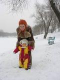 Bebé del primer paso de progresión. invierno Fotos de archivo libres de regalías