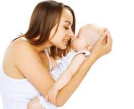 Bebé del sueño en mamá de las manos Imagen de archivo libre de regalías