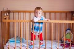 Bebé derecho en el pesebre Foto de archivo libre de regalías