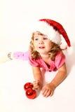 Bebê doce com chapéu de Papai Noel e a bola vermelha Imagens de Stock