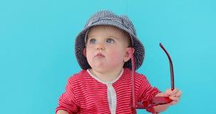 Beb? dulce en sombrero del verano almacen de metraje de vídeo