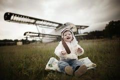 Bebé dulce que sueña con ser piloto Foto de archivo libre de regalías
