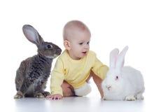 Bebê e coelhos Fotos de Stock Royalty Free