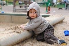 Bebé en el sandpit Imágenes de archivo libres de regalías