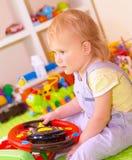 Bebé en jugar el sitio Fotos de archivo libres de regalías