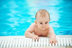 Bebé en la piscina Fotos de archivo