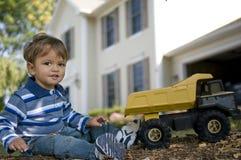 Bebé en la yarda delantera Foto de archivo
