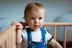 Bebé en playpen Imagenes de archivo