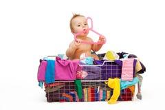 Bebé en ropa y percha Imagenes de archivo