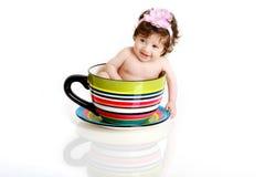 Bebé en taza de té Fotografía de archivo libre de regalías