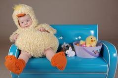 Bebé en traje del polluelo de pascua Fotos de archivo