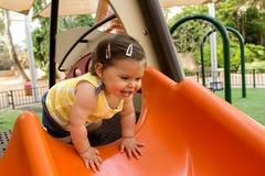 Bebé en un patio Foto de archivo