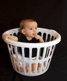 Bebé en una cesta Imágenes de archivo libres de regalías