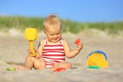 Bebé en una playa Imagenes de archivo
