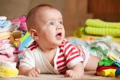Bebê feliz com coisas do bebê Imagem de Stock Royalty Free
