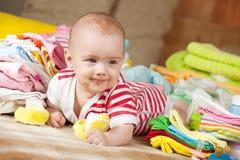 Bebé feliz con el desgaste del bebé Fotografía de archivo libre de regalías