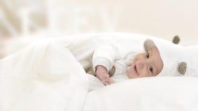 Bebé feliz en cama Foto de archivo