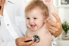 Bebé feliz en el doctor Imagen de archivo