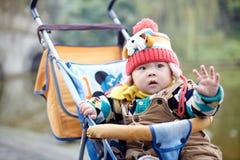 Bebé feliz en nieve Imágenes de archivo libres de regalías