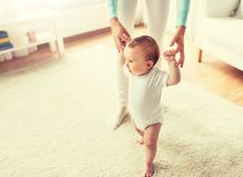 Beb? feliz que aprende andar com ajuda da m?e imagens de stock
