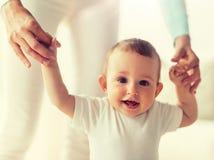 Beb? feliz que aprende andar com ajuda da m?e imagens de stock royalty free