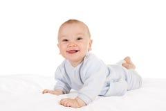 Bebé feliz que miente en la panza Fotos de archivo