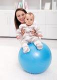 Bebé gimnástico y diversión Fotos de archivo libres de regalías