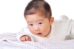 Bebé groveling en la cama 2 Fotografía de archivo libre de regalías