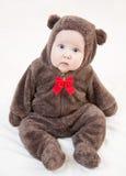 Bebé hermoso en el traje del oso Imagenes de archivo