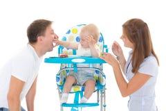 Bebé joven de la alimentación de los padres Imagen de archivo