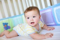Bebé lindo en pesebre Fotos de archivo