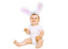 Bebé lindo positivo en el conejito de pascua del traje Imagen de archivo