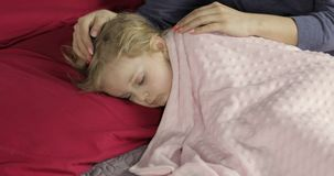 Beb? lindo que duerme en la cama en casa Ni?a que duerme en luz de la ma?ana almacen de metraje de vídeo