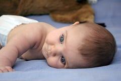 Bebê na cama Fotografia de Stock