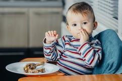 Bebê na cozinha Imagens de Stock