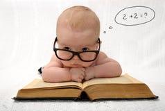 Bebê nos vidros que contam na mente Fotos de Stock