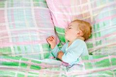 Beb? pequeno ador?vel que dorme na cama Crian?a calma calma que sonha durante o sono do dia O beb? bonito nos pais coloca foto de stock