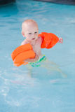 Bebê pequeno bonito na piscina Imagem de Stock Royalty Free