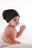Bebê pequeno com chapéu negro Imagens de Stock Royalty Free