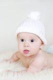 Bebé precioso en sombrero hecho punto blanco Imágenes de archivo libres de regalías