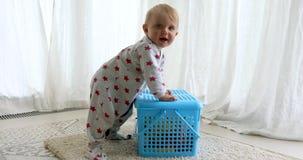 Beb? que aprende colocarse almacen de metraje de vídeo