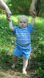 Bebé que aprende recorrer Fotos de archivo libres de regalías